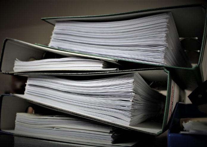 burocrazia carte faldoni pratiche