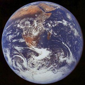 Il globo terrestre in un'immagine che evidenzia la presenza delle terre, dei mari e della copertura nuvolosa propria dell'atmosfera