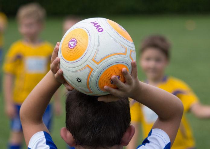 bambini gioco pallone