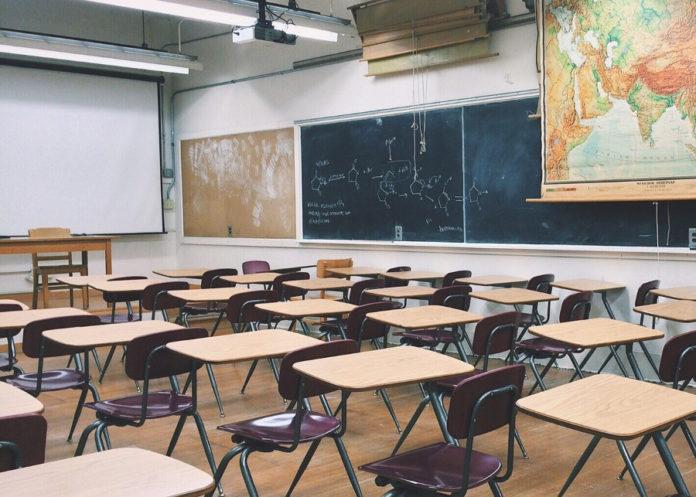 classe scuola aula banchi