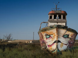 nave abbandonata erba