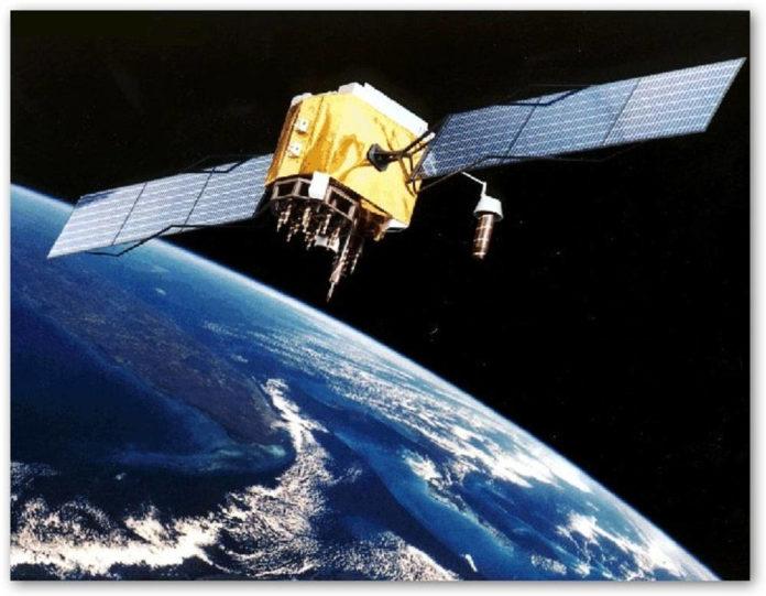 Satellite con pannelli solari spazio