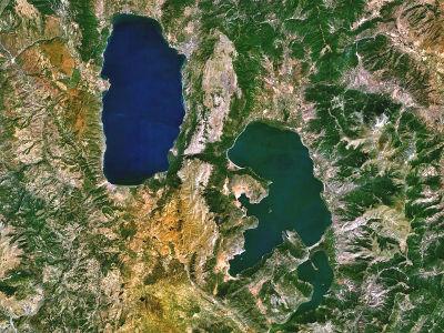 Immagine satellitare del Lago di Ocrina (in alto a sinistra) e Prespa (in basso a destra)