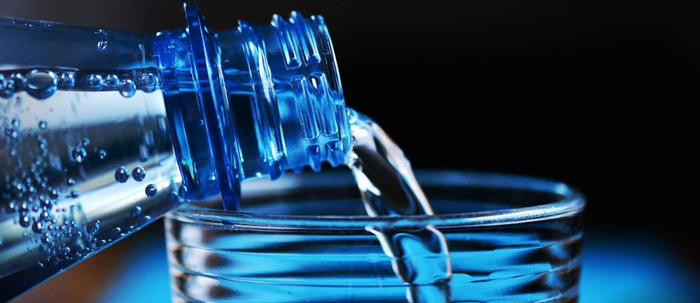 bottiglia bicchiere plastica acqua
